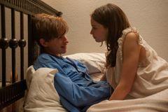 『博士と彼女のセオリー』エディ・レッドメイン、ベッドでのシーンはアドリブ