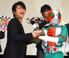 及川光博、憧れ仮面ライダーV3からのトロフィーに感激!「人生何が起こるかわからない」
