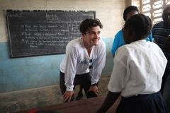 オーランド・ブルーム、リベリア訪問 エボラ出血熱が流行