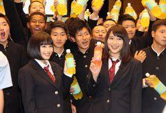 広瀬アリス&すず姉妹、男子校にサプライズ登場で大歓声