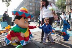 しんちゃん、現実でもメキシコに引っ越し!現地の子供たちや声優と交流!