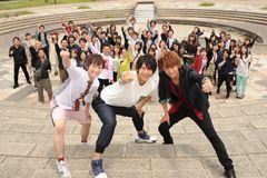 「仮面ライダー鎧武」Vシネ第2弾の撮影快調!小林豊が50人のエキストラを直接指導!