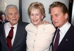 マイケル・ダグラスの母・女優のダイアナさん死去 がんのため老人ホームで 92歳