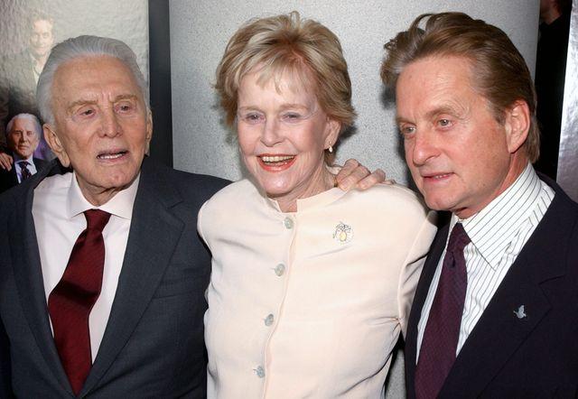 左からカーク・ダグラス、ダイアナ・ダグラスさん、マイケル・ダグラス
