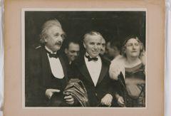 アインシュタインとの貴重な2ショットも!チャップリン写真展開催