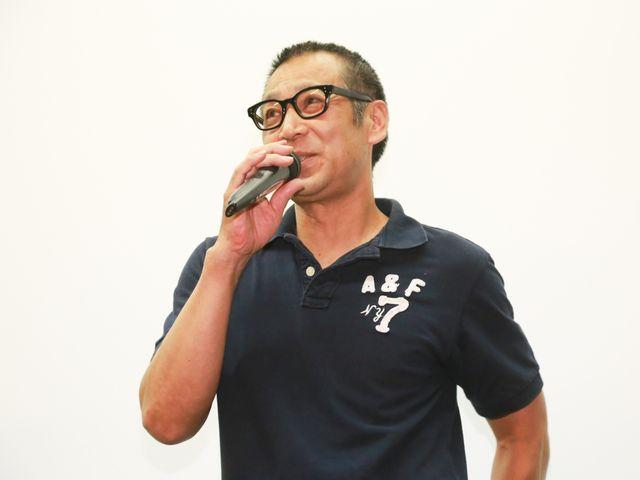 主演作が初日を迎え初日舞台あいさつで照れくさそうな様子を見せた菅田俊