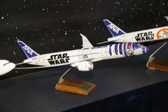 R2-D2と飛びたい!『スター・ウォーズ』ファンがコスプレ合戦