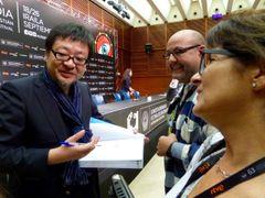 『バケモノの子』の細田守監督がサイン攻め!スペイン、サンセバスチャン国際映画祭