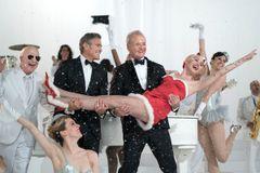 ビル・マーレイがマイリー・サイラスをお姫様抱っこ!ソフィア・コッポラのクリスマス特別バラエティーが配信決定!