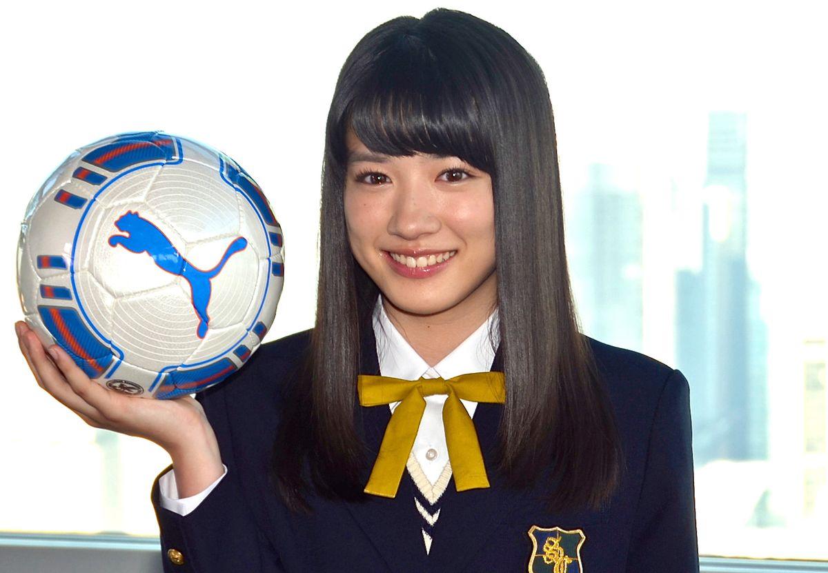サッカーボールを持った永野芽郁