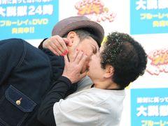 ココリコ遠藤、新宿駅前で公開キス「うえっ~」