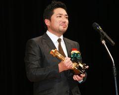 """嵐の""""ニノ""""と固い握手!『恋人たち』で新人賞獲得の""""シノ""""が感涙スピーチ!"""