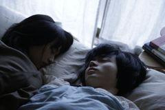 門脇麦&菅田将暉、恋人同士の添い寝ショット!