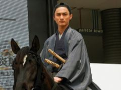 侍姿がまぶしい高良健吾、馬に乗って登場!片岡愛之助に祝福も