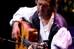世界に名を残す天才ギタリストの正体…ひたむきにギターと向き合う