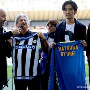 松田龍平、イタリアでセリエA試合に招かれスピーチ!名前入りユニフォームににっこり
