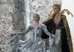 女王も楽じゃない!シャーリーズ・セロン、美麗ドレスの裏側暴露