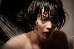 少女の背後からガバッと!『雨女』本編の10分の1の映像