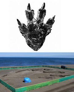 ゴジラ、北海道に上陸!史上最大サイズの実物大足跡アートがビーチに出現