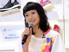 榮倉奈々、「恥ずかしい」自分モデルの限定ランニングシューズにハニカミ