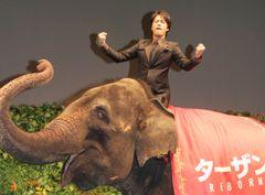 桐谷健太、ゾウにまたがり王者のどや顔ガッツポーズ