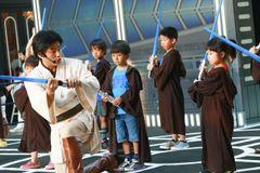 ダース・ベイダーと対決!ジェダイ騎士にあこがれる子どもたちがライトセーバーの特訓!