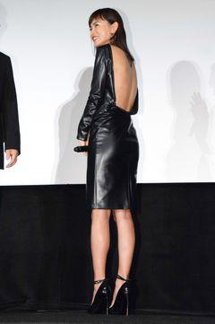 長谷川京子、背中パックリドレスで観客を魅了!