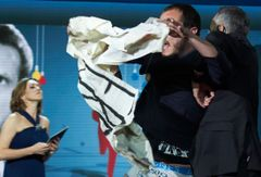 サンセバスチャン映画祭でETA乱入事件 ステージで男が取り押さえられる