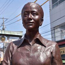 柴又駅前に寅さんの妹さくらの銅像設置!兄と「再会」