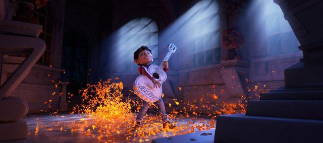 家族に隠れてギターの練習をしてきたミゲル少年 - 映画『リメンバー・ミー』より