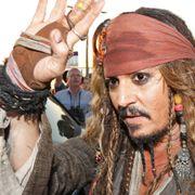 米ディズニーランド騒然!ジョニデが「カリブの海賊」でサプライズ登場