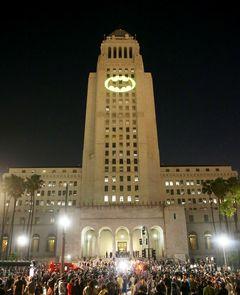 「バットマン」バットシグナル LA市庁舎でアダム・ウェストさん追悼
