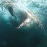逃げるステイサムの背後から巨大ザメ!『MEG ザ・モンスター』本編映像