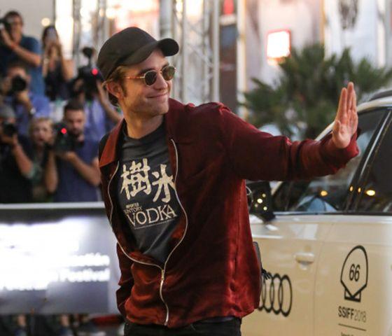 ロバート・パティンソン、「樹氷」Tシャツで映画祭に登場!