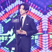 山崎賢人、中国のアワードでアジアベスト俳優賞に輝く!中国語であいさつ