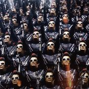 スマホが巨大ロボット化!インド人気SF映画続編、10月公開
