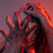 怖っ!SKE美女に不気味な手が襲いかかる…『地獄少女』戦慄カット