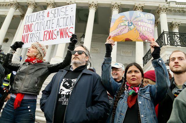 アメリカ合衆国議会議事堂前の階段で抗議デモを行うホアキン・フェニックス(中央) - 現地時間10日撮影