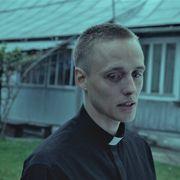 過去を偽り聖職者になりすます…衝撃作『聖なる犯罪者』1月日本公開