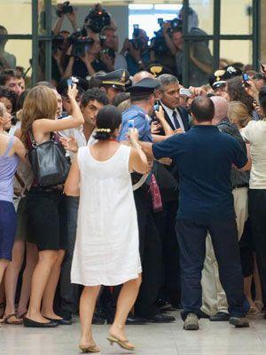 中央右寄りにいるのがジョージ。報道陣だけでなくファンが携帯で写真を撮りまくっています。7月16日ミラノの裁判所にて