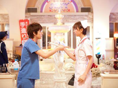 お医者さんゴッコではない……はず。ナース姿の篠田麻里子(右)と小池徹平(左)
