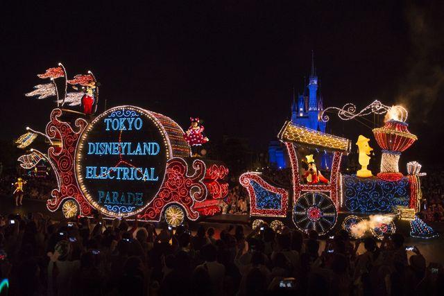 『シンデレラ』からはシンデレラを乗せたかぼちゃの馬車と、プリンス・チャーミングを乗せたボールルーム(舞踏会)をモチーフとしたフロートがリニューアル後に登場予定! - 「東京ディズニーランド・エレクトリカルパレード・ドリームライツ」