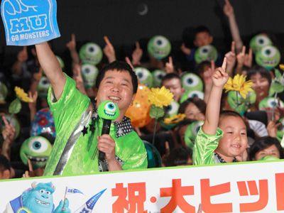 マイク役の爆笑問題の(左)田中裕二と少年時代マイク役の佐藤和太