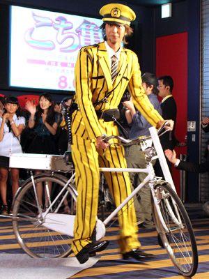 """""""おまわりさん自転車""""で舞台あいさつを回った速水もこみち"""