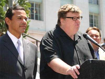 ロサンゼルス市長のアントニオ R.ビヤライゴーサ氏とマイケル・ムーア