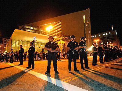 やはりスケートの本場はファンの勢いも違う!?-写真は昨年のもの、暴動鎮圧装備に身を固めた警官隊