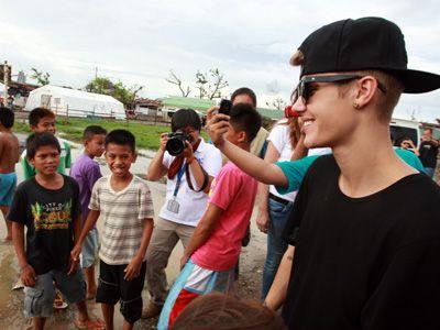 フィリピンの被災地訪問し、子どもたちと交流したジャスティン・ビーバー