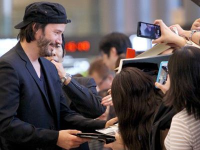 成田空港でファンのサイン攻めに丁寧に応えるキアヌ・リーヴス