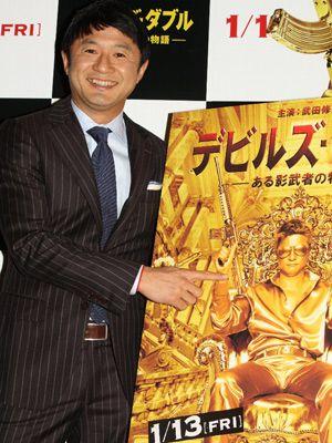 全身金色ポスターの出来栄えに満足げな武田修宏