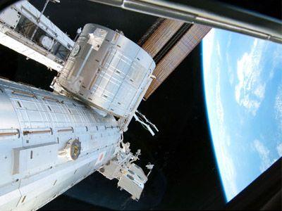 地球最速の「はやぶさ」試写が行なわれる「きぼう」日本実験棟